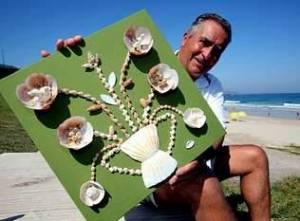 Luis Fraga pai coa súa paixón: as conchiñas da praia de Razo.